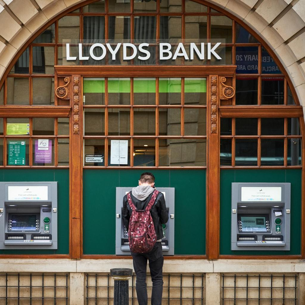Lloyds bank cashpoints min